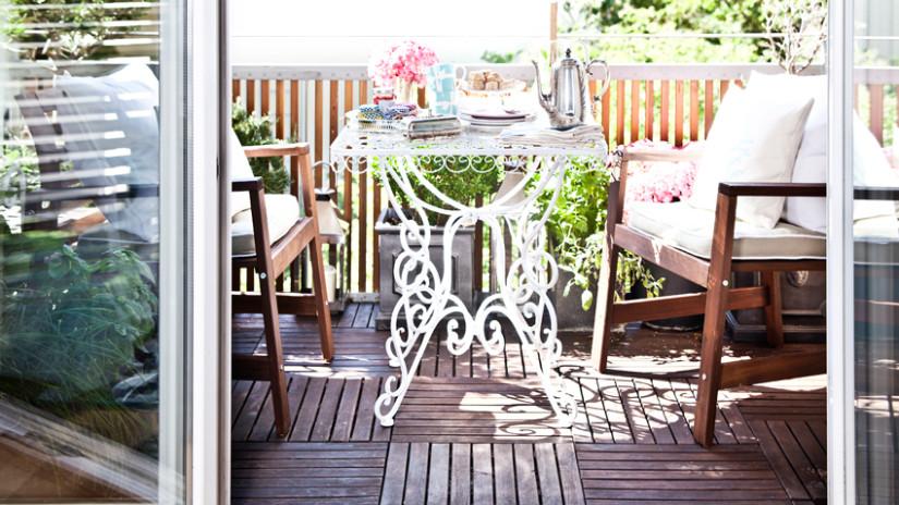 balkon ideeën klassiek borcant sierlijk witte tafel houten bank