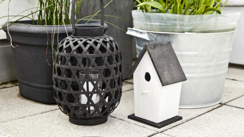 balkon ideeën moderne lantaarn vogelhuisje zwart wit