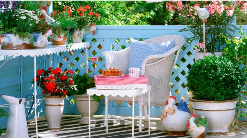 balkon inrichting romantisch klassiek blauw roze stijl