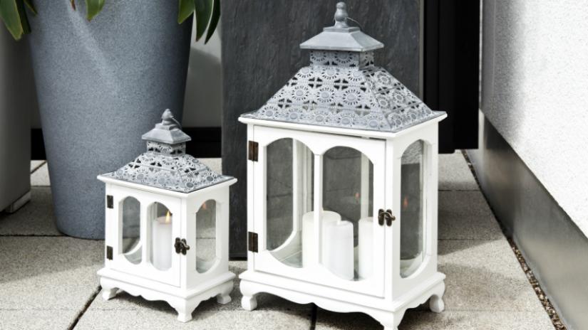 balkon inrichting witte boho lantaarns grijs klassieke stijl