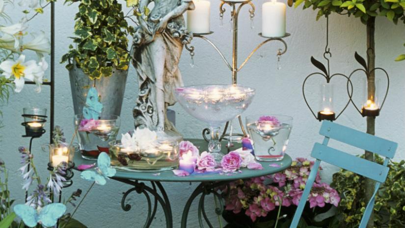 balkon inrichting azuurblauw kaarsen romantisch bloemen
