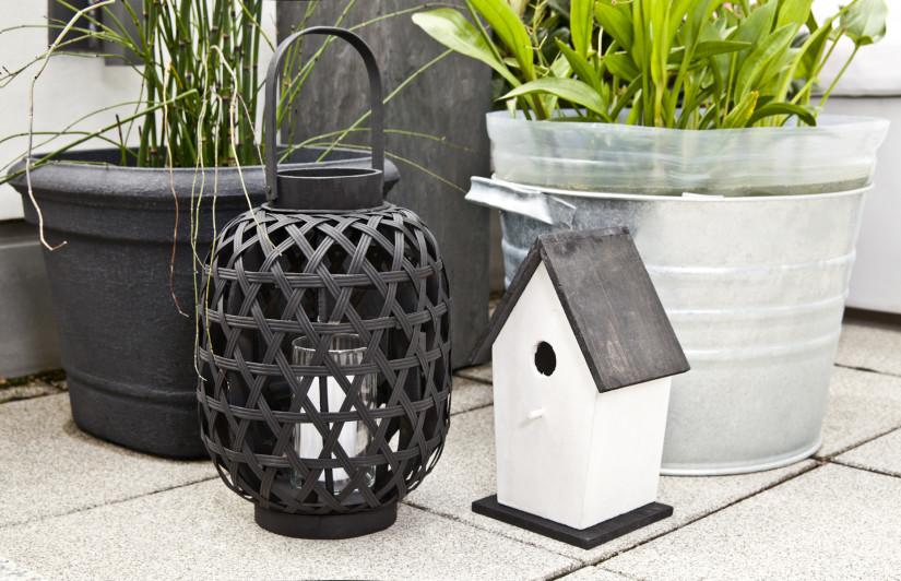 balkon inrichting variatie potten vogelhuis lantaarn grijs zwart