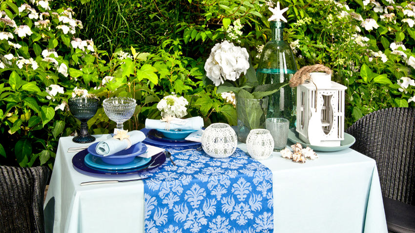 blauw plastic tafelkleed op tuintafel