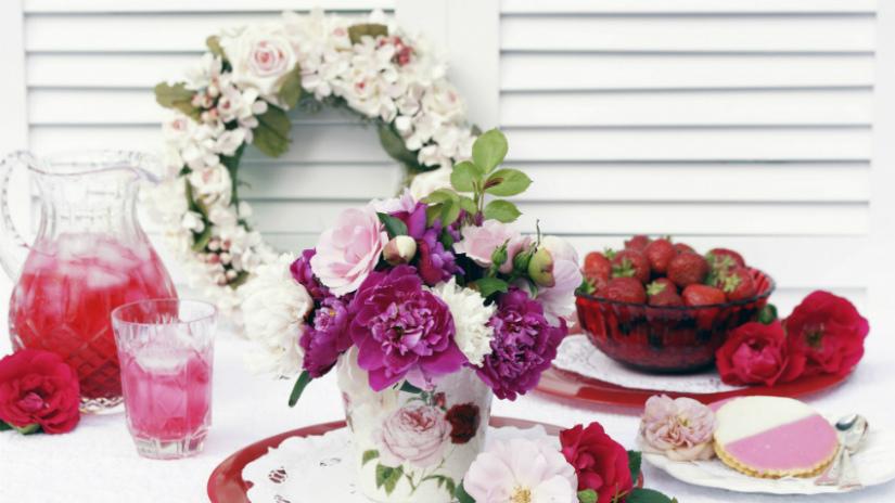 bloemenkrans eettafel paars roze wit fruit limonade