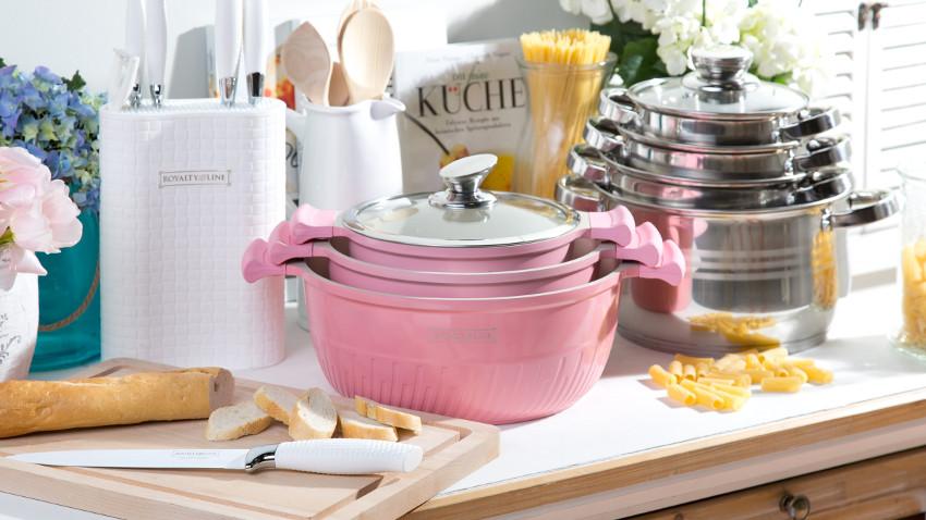 broodplank en roze pannen