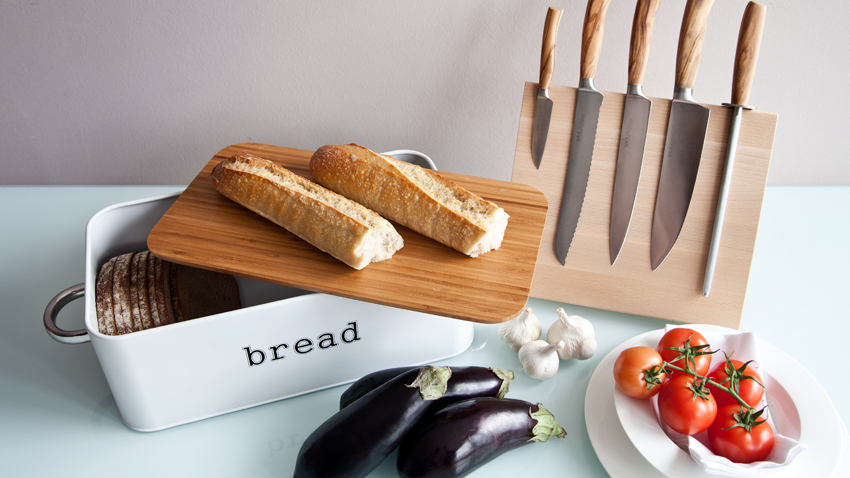 houten broodplank en broodmand