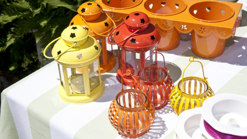 lichtkleurig plastic tafelkleed lampionnen op tuintafel