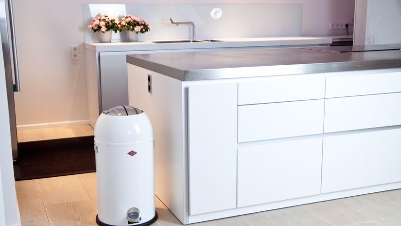 witte prullenbak in moderne lichte keuken