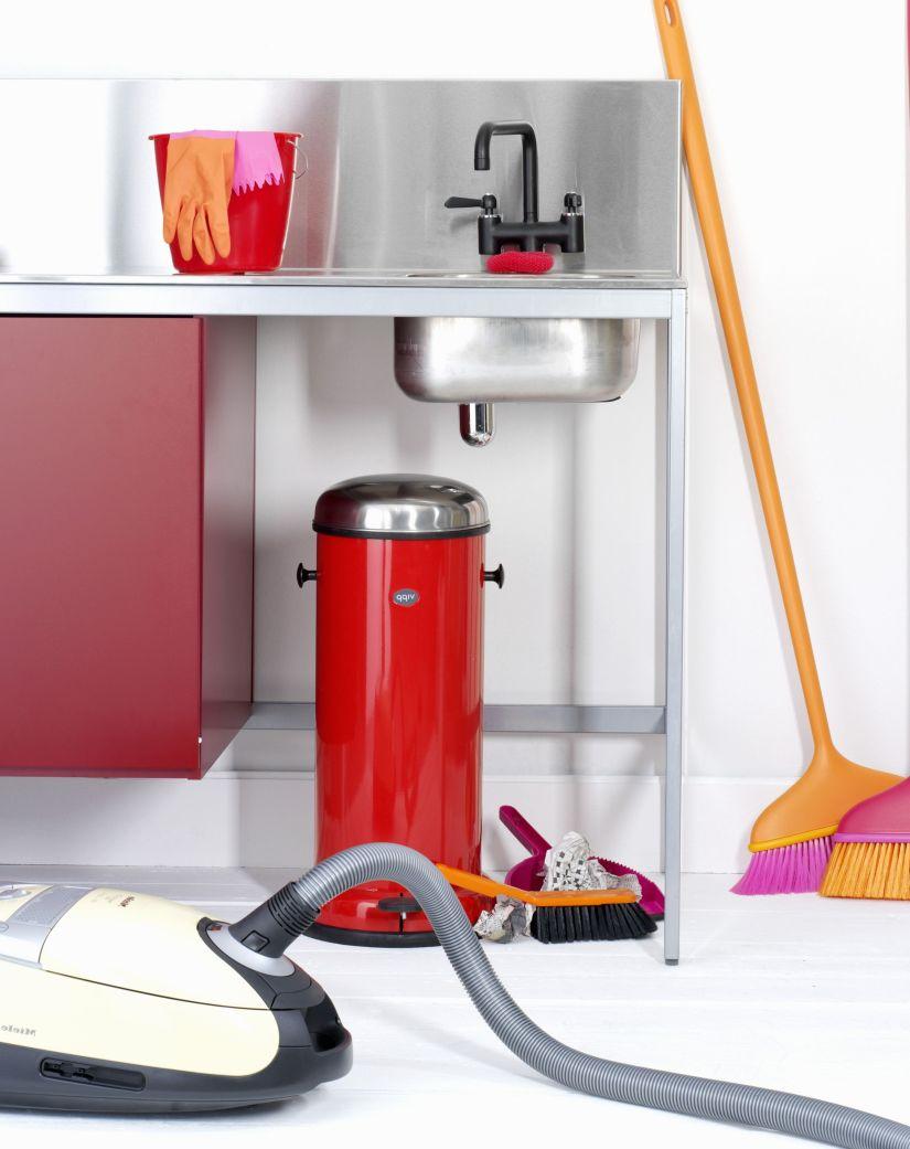 rode prullenbak onder spoelbak in bijkeuken