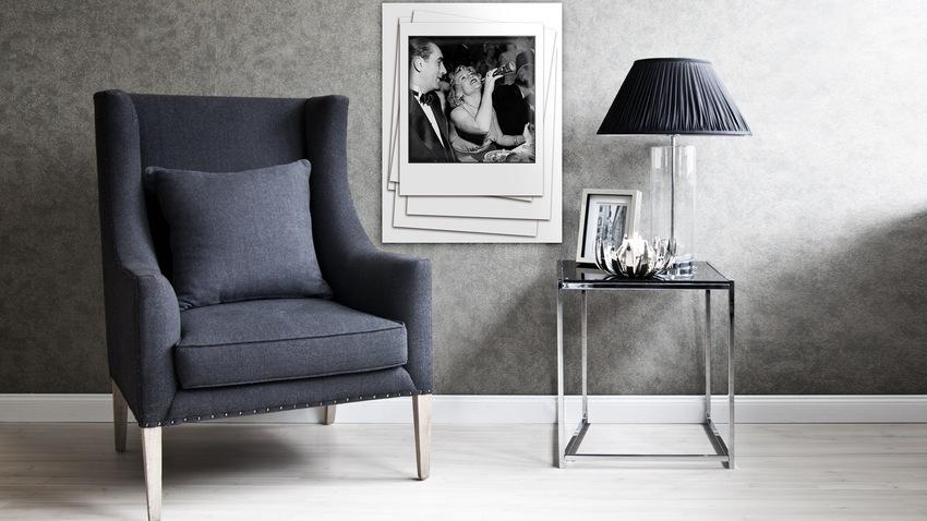 donkerkleurige wandbekleding in klassieke zitkamer