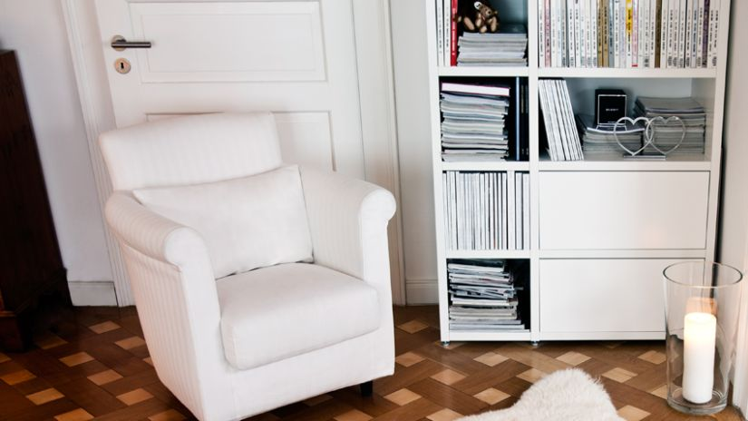 kurkvloer witte fauteuil en witte boekenkast