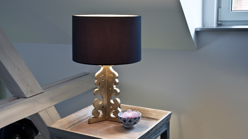 shabby chic houten tafellamp op nachtkastje