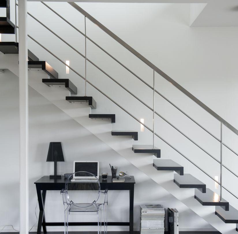 donkerhouten trapbekleding op moderne metalen trap