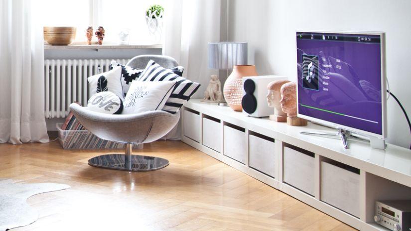 vinyl laminaat eikenlook onder lang modern tv-meubel