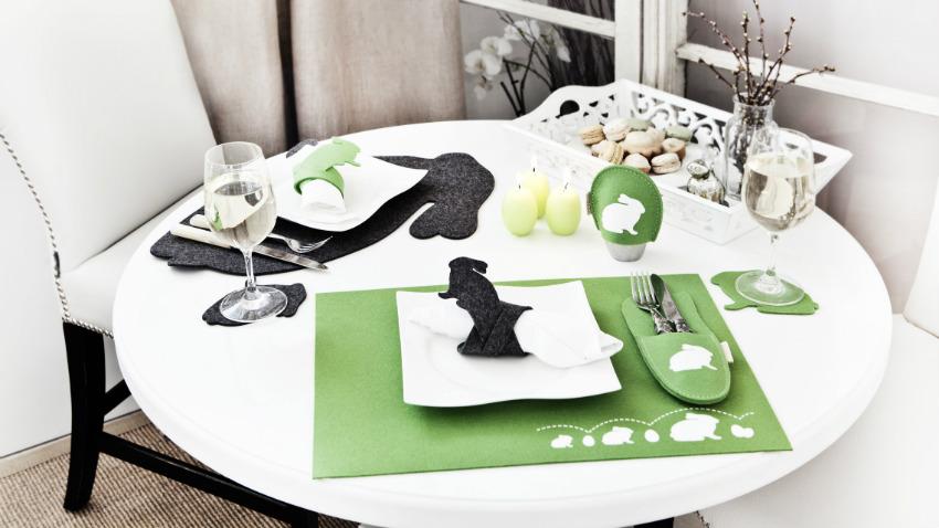 witte ronde eettafel met groene placemats