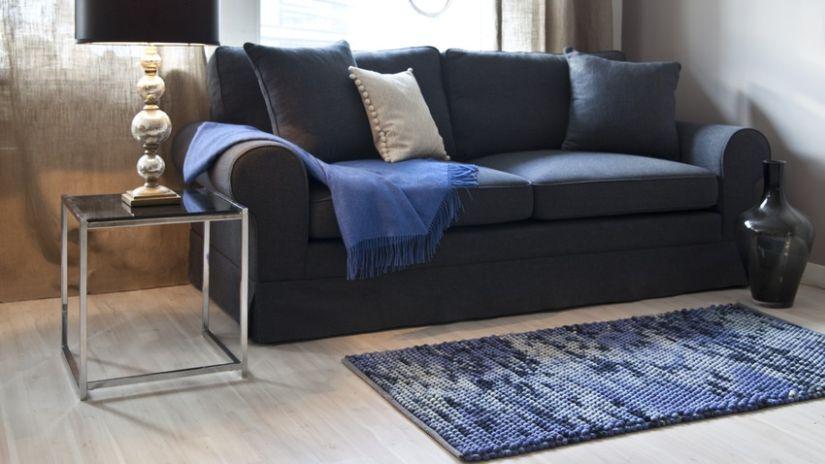 blauw tapijt voor blauwe bank