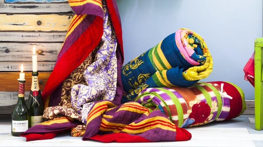 veelkleurige dekens met mouwen opgerold