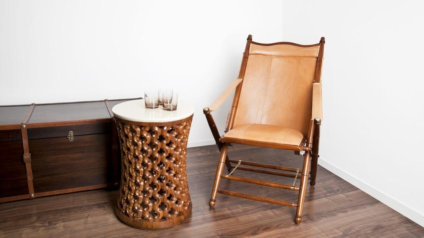 koloniale stoel met rotan bijzettafel