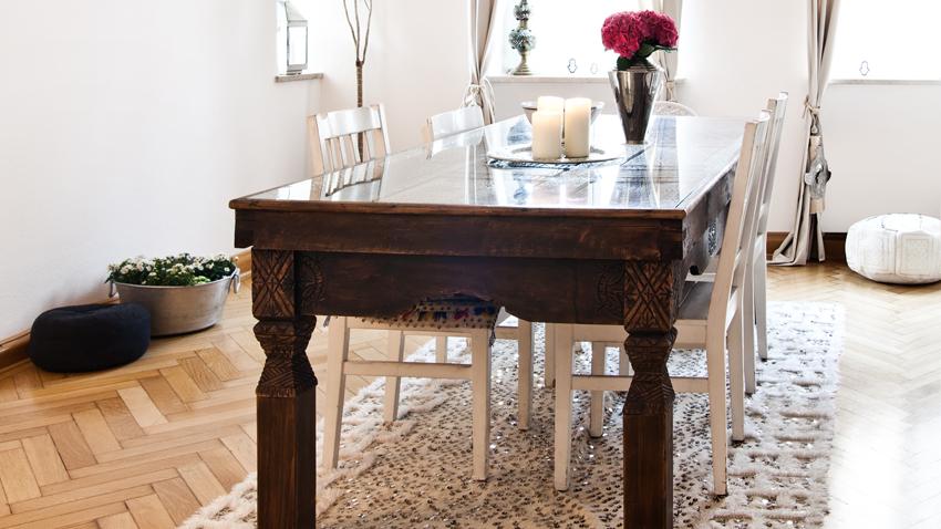 koloniale tafel met klassieke witte stoelen