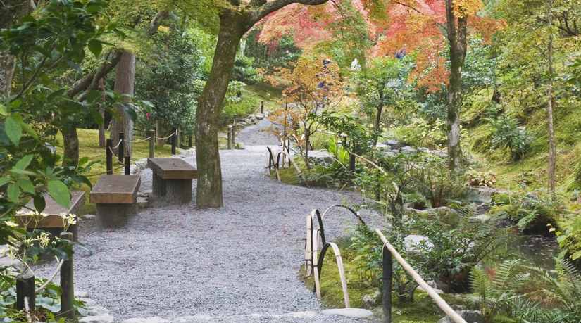 oosterse tuinen pad kronkelpad grind stenen herfstkleuren