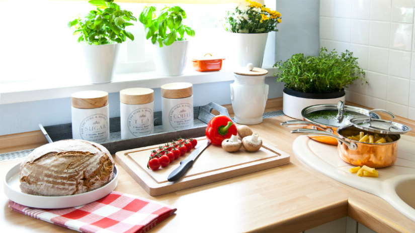 raamversiering keuken kruidenplantjes potjes houten keukenblad