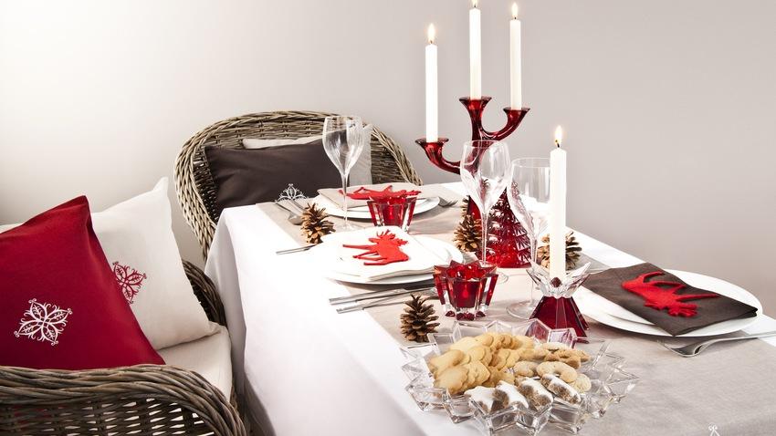 rieten eetkamerstoelen aan gedekte tafel