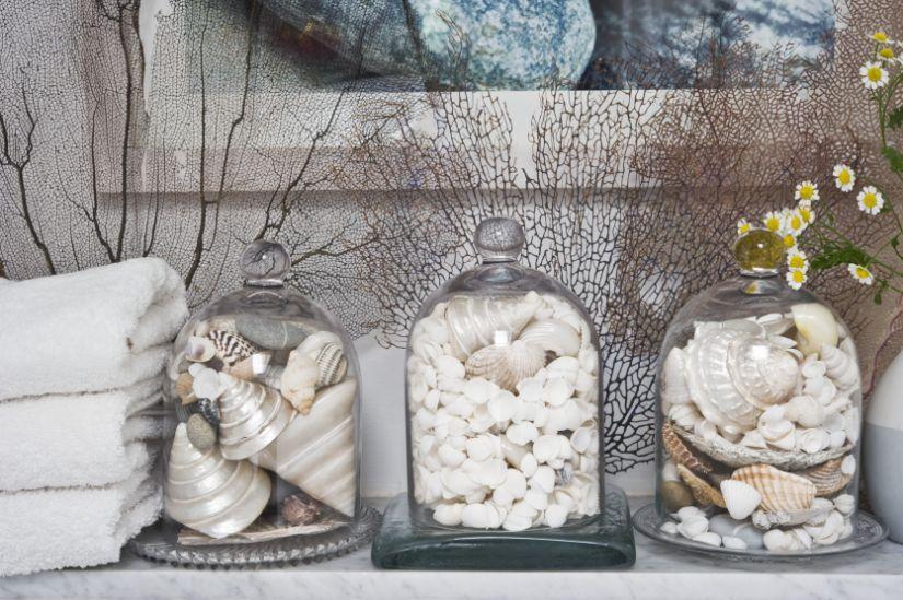 schelpenkrans schelpjes verzameld in glazen potten