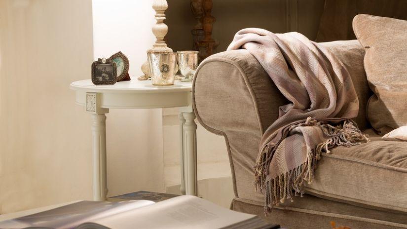 bruine wollen deken op landelijke bank