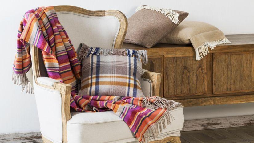 geruite wollen deken op klassieke fauteuil
