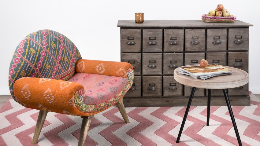 retro roze kleed met boho fauteuil