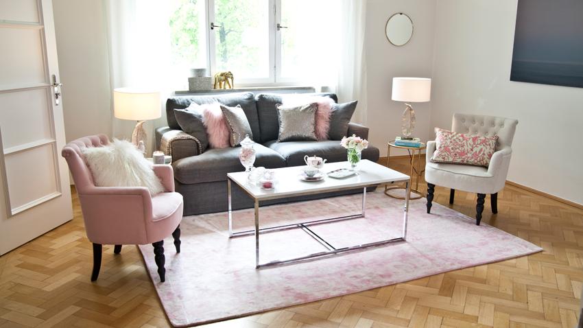 roze kleed op lichte houten vloer