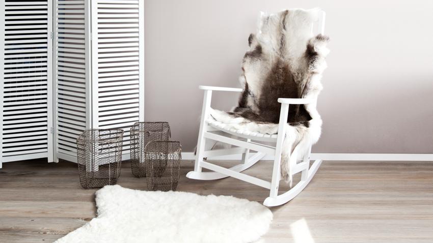 witte schommelstoel met vachtje