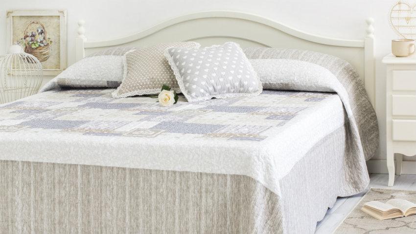 landelijk wit bed met klassieke sprei