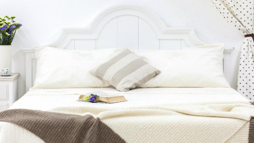 landelijk wit bed met sprei