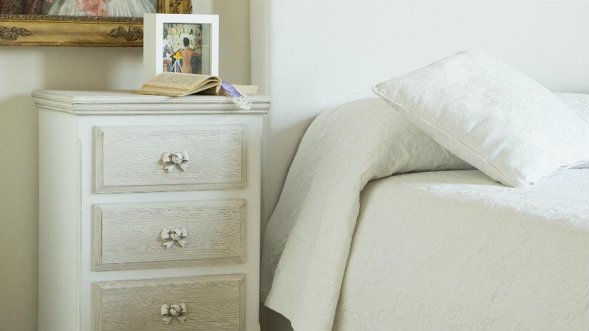 wit landelijk bed witte sprei nachtkastje