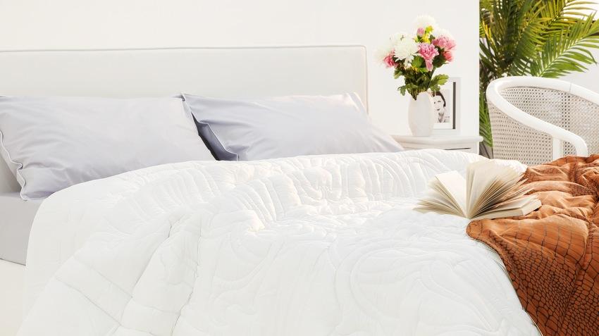 witte bedden met wit dekbed rode sprei