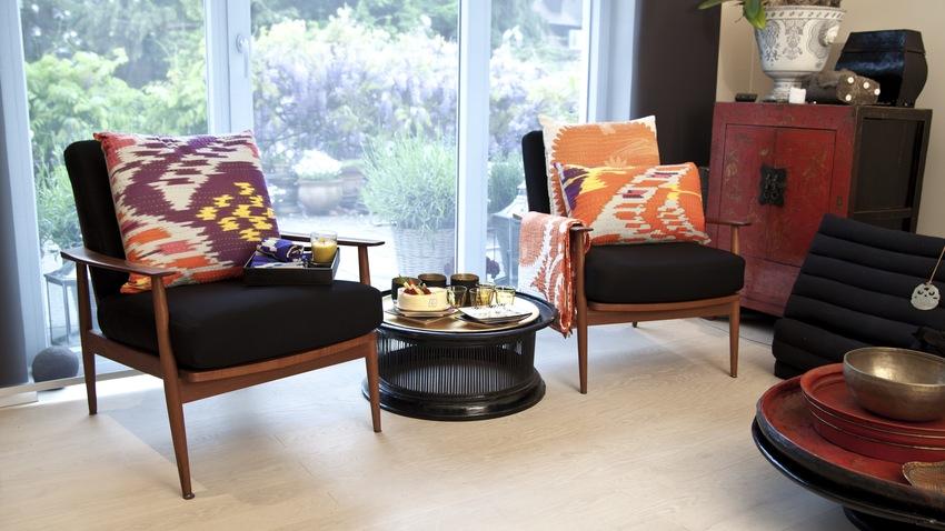 retro zwarte salontafel tussen fauteuils