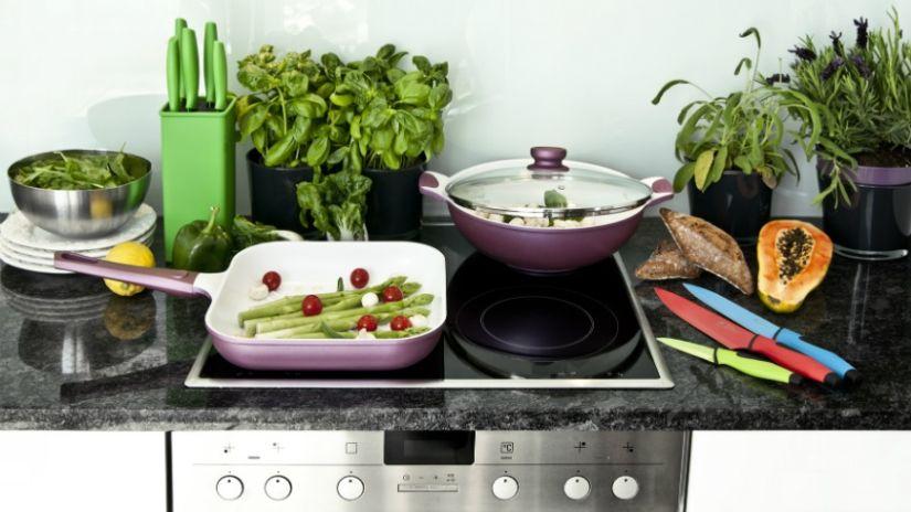 Keramisch keukenblad met kookplaat met braadpannen