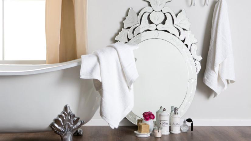 landelijke badkamer spiegel klassiek romantisch handdoek
