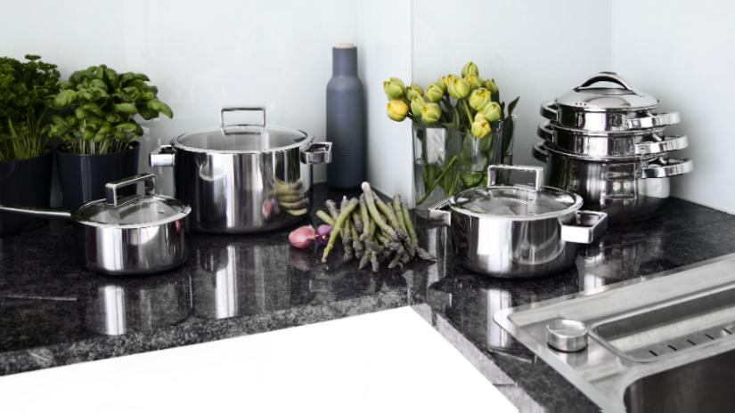 natuursteen aanrechtblad glanzend grijs asperges bloemen koken