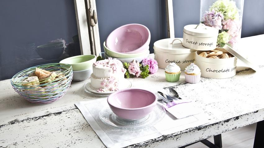 kleurrijk servies op betonnen tafel