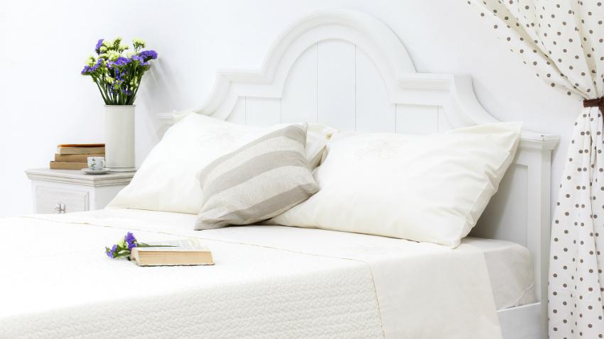 witte bedden met witte kussens en dekens
