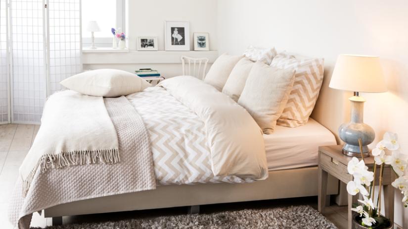 Roze Slaapkamer Lamp : Witte slaapkamer rust ruimtelijk en mét korting westwing
