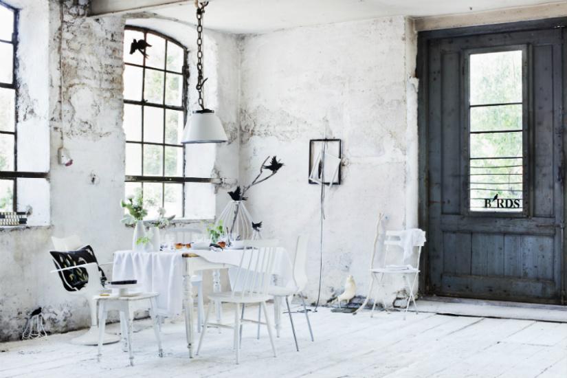 witte vloeren industriële look schuren ramen stoel lamp