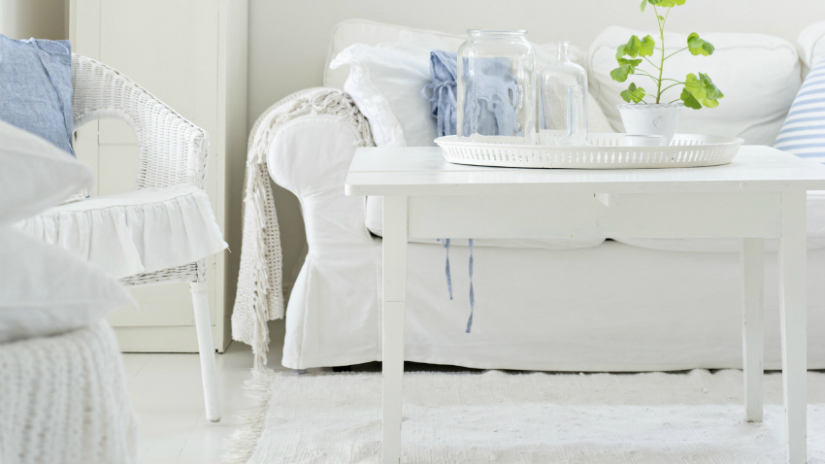 witte vloeren klassieke brocante woonstijl bank lamp tafel blauw