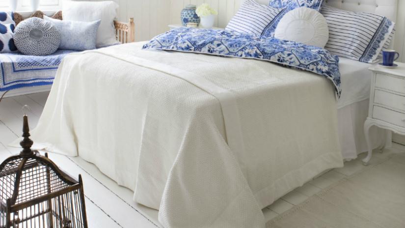 witte vloeren slaapkamer klassieke stijl kussens blauw