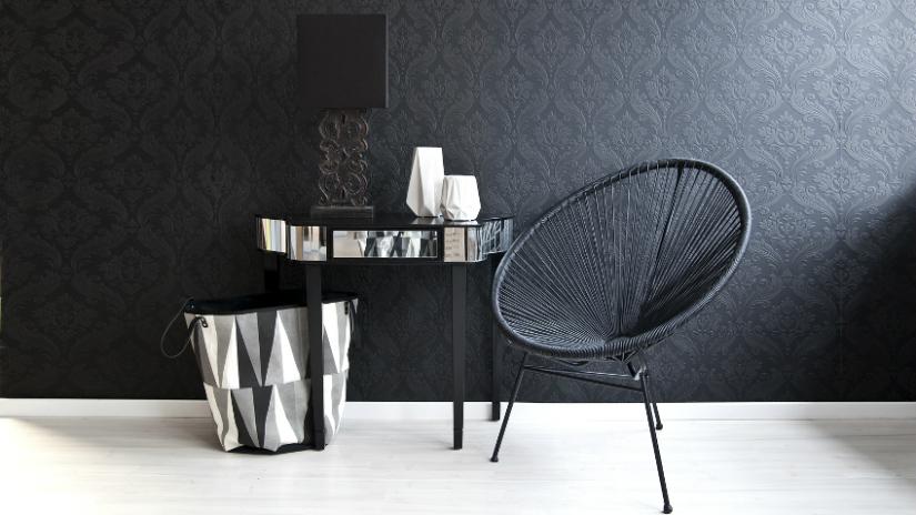 witte vloeren zwart behang klassiek moderne stoel bijzettafel
