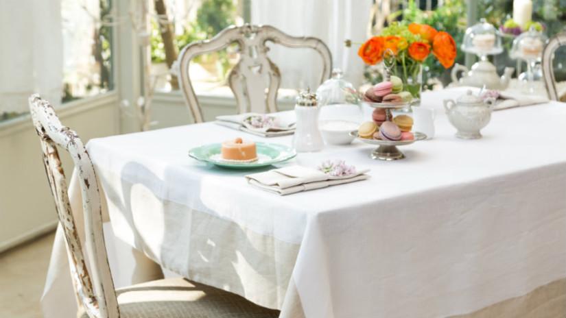 Brocante keuken eettafel witten klassieke stoelen shabby chic
