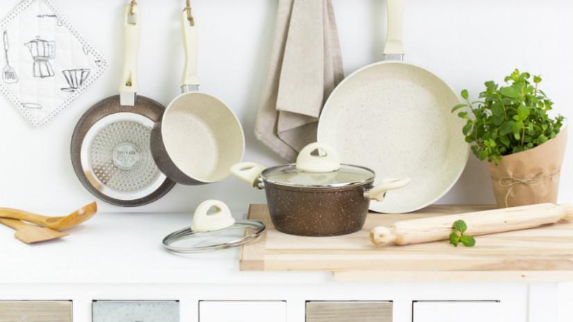 Brocante keuken klassieke pannen snijplank deegroller hout