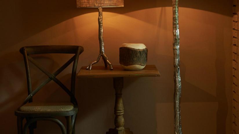 Landelijke-woonkamer-lampen-stoel-hout